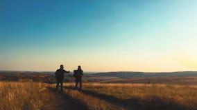 步行在山冒险的男性背包徒步旅行者 远足者夫妇旅行享受生活风景自然风景 katya krasnodar夏天领土假期 股票视频