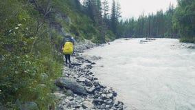 步行在山冒险的男性背包徒步旅行者 股票视频