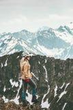步行在山旅行癖的妇女冒险家 免版税图库摄影