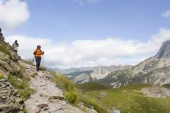 步行在山的上流的两名登山家 库存照片