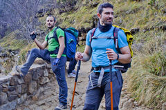 步行在山的两个人 库存照片