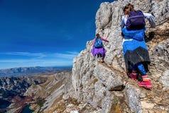 步行在山的两个小女孩在国家公园Durmit 免版税库存图片