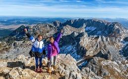 步行在山的两个小女孩在国家公园Durmit 免版税图库摄影