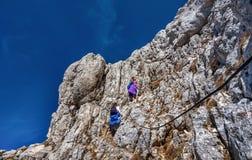 步行在山的两个小女孩在国家公园Durmit 库存照片