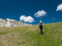 步行在山的妇女 免版税库存图片