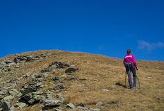 步行在山的妇女 库存照片