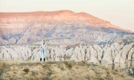 步行在山的少妇旅行家在卡帕多细亚,中央土耳其 免版税库存图片
