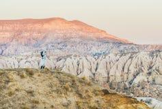 步行在山的少妇旅行家在卡帕多细亚,土耳其 免版税库存图片