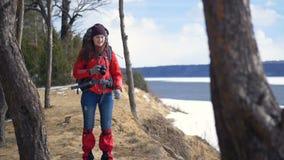 步行在山的年轻活跃愉快的妇女拍照片使用photocamera 股票录像