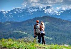 步行在山的愉快的朋友行家 免版税库存照片