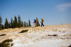 步行在山的游人 免版税库存照片