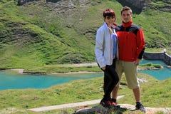 步行在山的年轻成人 免版税图库摄影