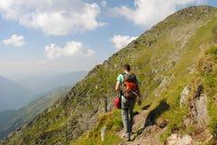 步行在山行迹的人 免版税库存图片