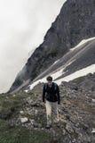 步行在岩石的人 免版税库存照片