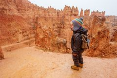 步行在布莱斯峡谷国立公园,犹他,美国的男孩 库存图片