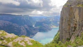 步行在布道台峭壁的游人lysefjorden挪威 股票录像