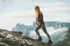 步行在挪威山的妇女冒险家 库存图片