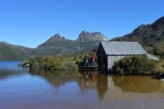 步行在摇篮山湖圣克莱尔国立公园塔斯马尼亚澳大利亚的人们 库存照片