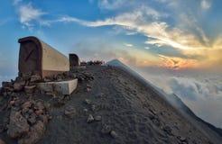 步行在斯特龙博利岛火山顶部的小组游人在埃奥利群岛,西西里岛 免版税库存照片