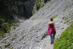 步行在旅游轨道的山的妇女 库存图片