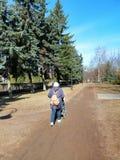 步行在有孩子的公园 库存照片
