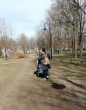 步行在有孩子的公园 免版税库存图片