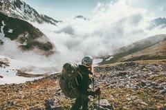 步行在有雾的山旅行健康生活方式冒险的妇女 库存图片