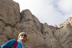 步行在极大的山的登山家女孩 库存图片