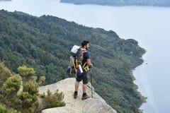 步行在森林的背包徒步旅行者 免版税图库摄影