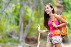 步行在森林里的亚裔妇女远足者 免版税库存图片