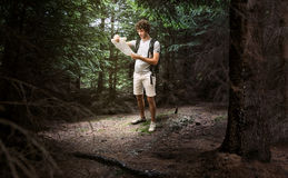 步行在森林里的人远足者 免版税库存图片