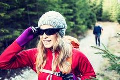 步行在森林里的夫妇远足者 库存照片