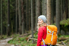 步行在森林里的妇女 免版税库存图片
