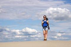 步行在沙漠的女孩 库存图片