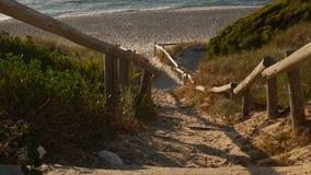 步行在海滩的方式台阶 免版税库存图片