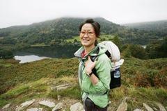 步行在湖区的妇女 免版税库存照片
