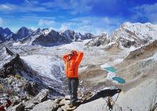 步行在珠峰国家公园的少妇远足者 免版税库存图片
