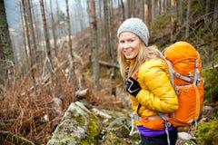步行在秋天森林足迹的妇女 库存照片