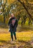 步行在秋天森林里 免版税库存图片