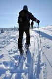 步行在美丽的冬天山的Backcountry滑雪者 图库摄影