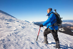 步行在美丽的山的年轻愉快的旅客 意想不到的冬天风景 免版税库存图片