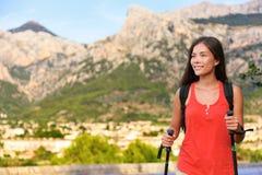 步行在自然山的远足者女孩在马略卡 库存照片