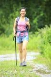 步行在足迹的妇女 免版税库存照片