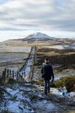 步行在鼓笛,雪的苏格兰的女孩 库存照片