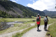步行在Ayous湖比利牛斯的登山家 免版税库存照片