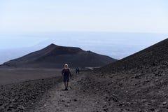 步行在Etna倾斜-最高的活火山的一个人的剪影在欧洲 免版税图库摄影