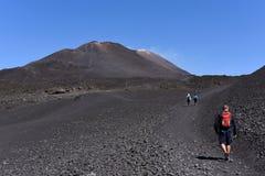 步行在Etna倾斜-最高的活火山的一个人的剪影在欧洲 免版税库存照片