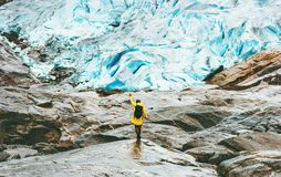 步行在Nigardsbreen冰川旅行生活方式的妇女 免版税库存图片