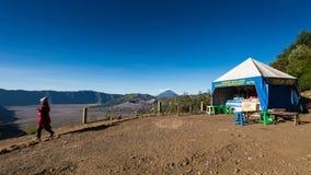 步行对在登上Penanjakan,从布罗莫火山的最佳的看法的观点的游人向下面沙子海 库存照片