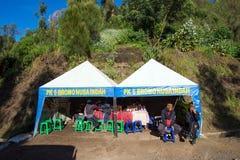 步行对在登上Penanjakan,从布罗莫火山的最佳的看法的观点的游人向下面沙子海 免版税库存照片
